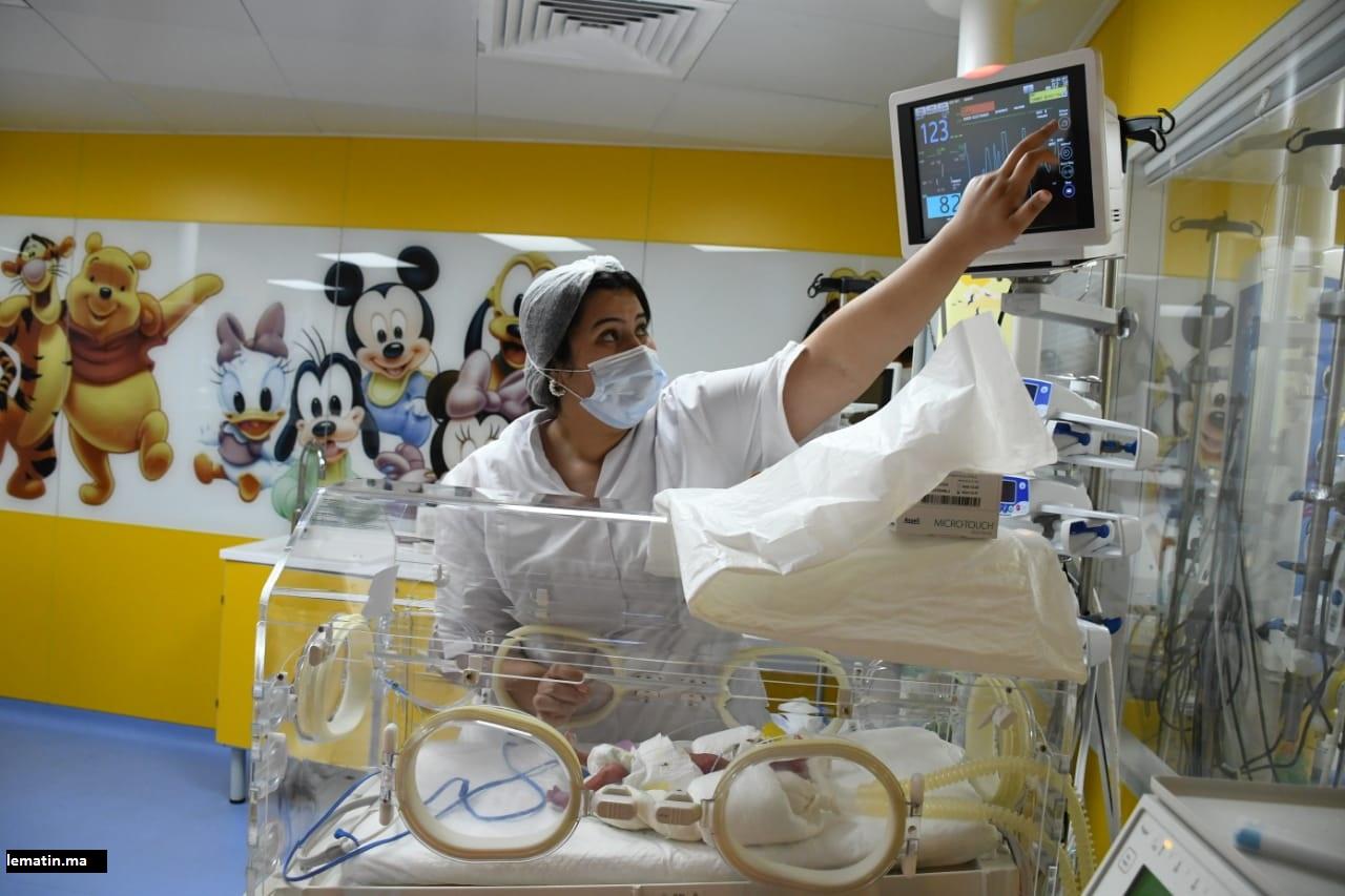 Une des infirmières qui a prit soins d'un des bébés prématurés de la jeune malienne qui a accouché de neufs bébés.