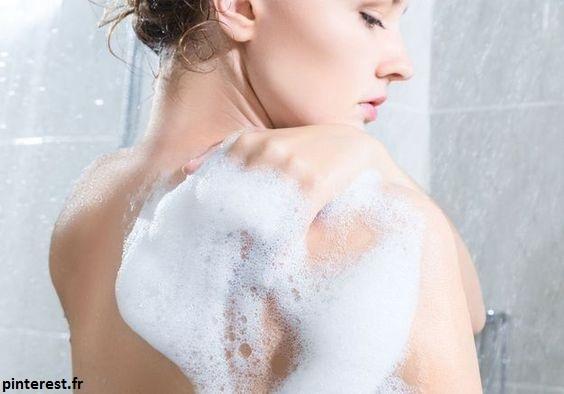 Les douches et les bains hydratent votre peau, mais ils peuvent aussi la dessécher en éliminant les huiles naturelles de la peau. L'eau chaude élimine l'huile plus rapidement que l'eau chaude. Utilisez donc de l'eau tiède lorsque vous nettoyez votre visage et limitez-vous à une courte douche ou un bain chaud (cinq minutes) par jour. Fermez la porte de la salle de bain pendant que vous vous baignez pour garder la pièce humide.