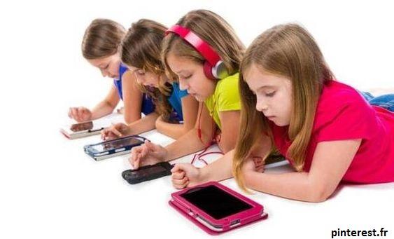 enfants concentrés sur les écrans