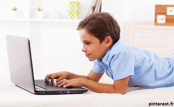 un enfant face à un écran