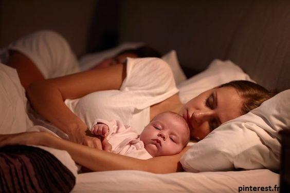 bébé a besoin de sécurité et de ressentir la présence de ses parents pendant sa première année de vie.
