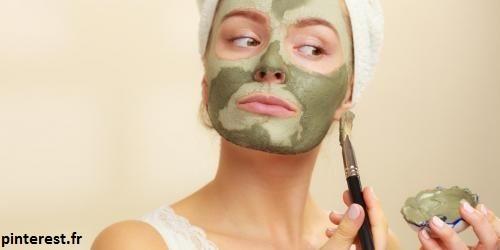 masque d'argile verte est excellent pour la peau grasse car l'argile réduit la sécretion de sébum