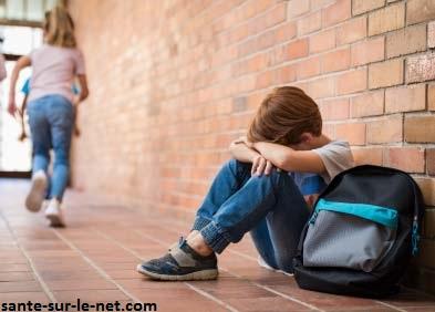 La phobie scolaire est une peur irrationnelle qui empêche l'enfant ou l'adolescent d'aller à l'école. Grâce à l'éducation positive, l'enfant prend plus confiance en lui et pourra surmonter cette phobie.