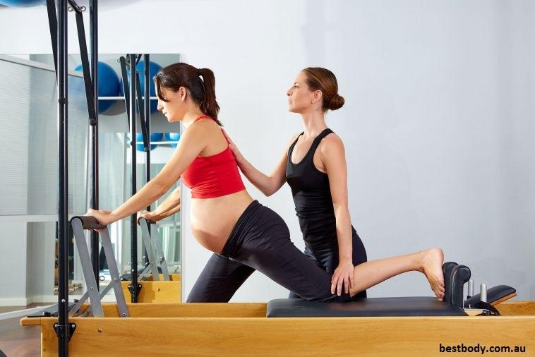 le pilate renforce le plancher pelvien et vous aide à récupérer après l'accouchement