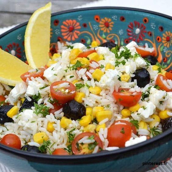 La salade de riz est un régal et un indispensable de vos tables cet été ! Ne cherchez plus quoi manger