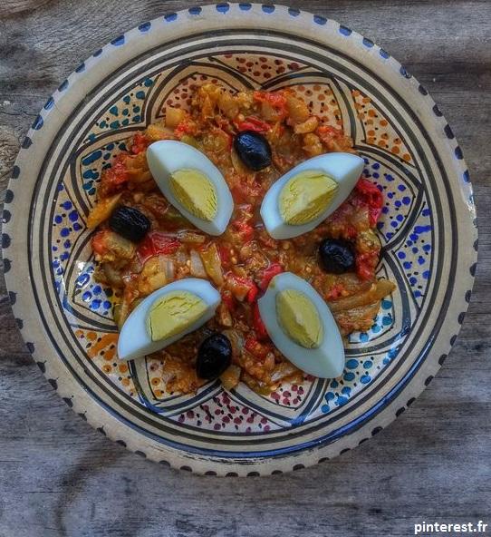 La salade mechouia autrement est une salade tunisienne grillée est faite à base de poivrons et d'huile d'olive. Idéal à manger l'été
