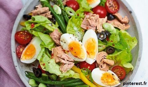 La salade niçoise, est à l'origine composée de tomates, d'anchois et d'huile d'olive. Un plat d'été typique.