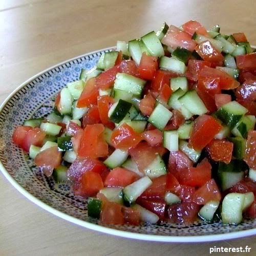 La salade tunisienne allie les deux légumes stars de l'été : le concombre et la tomate. Juste servi avec un filet d'huile d'olive.